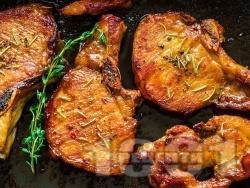 Вкусни печени свински котлети (карета) с кост с розмарин и тъмна бира на фурна под фолио - снимка на рецептата